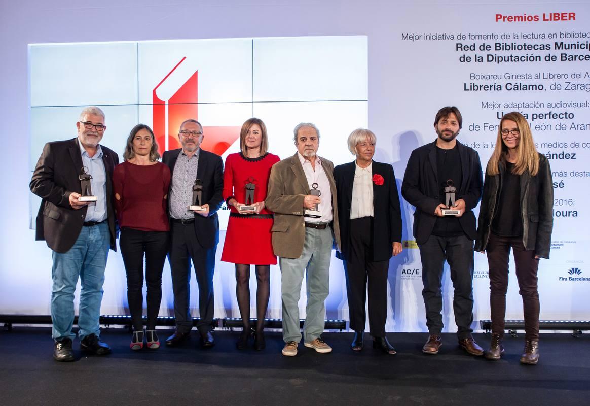 Pepa Fernández, directora y presentadora de 'No es un día cualquiera', posa con los premiados en la Feria de Barcelona