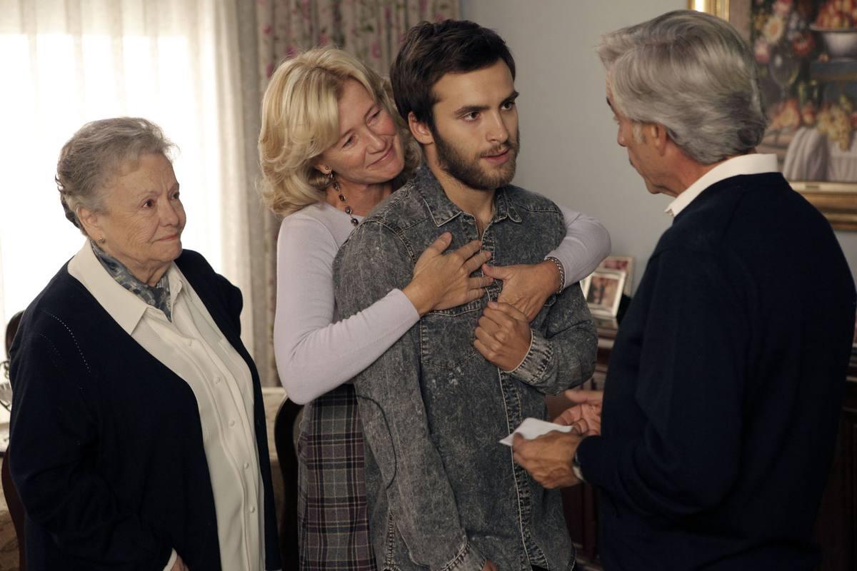 A pesar del recelo inicial, Carlos también se volcará por ayudar a sus padres
