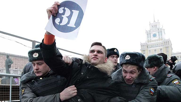 La policía cierra la Plaza Roja de Moscú para frustrar una protesta contra Putin