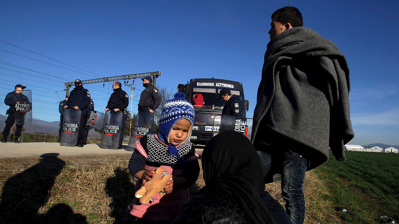 La Policía griega impide a un grupo de refugiados afganos llegar a un campamento en la frontera greco-macedonia, el 22 de febrero de 2016. REUTERS/Alexandros Avramidis