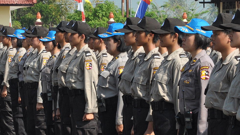 """La Policía de Indonesia realiza """"pruebas  de virginidad"""" a las mujeres que quieran ser agentes"""