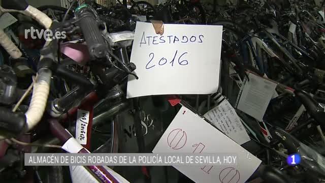 La policía local de Sevilla expone bicicletas robadas a la espera de que aparezcan sus propietarios