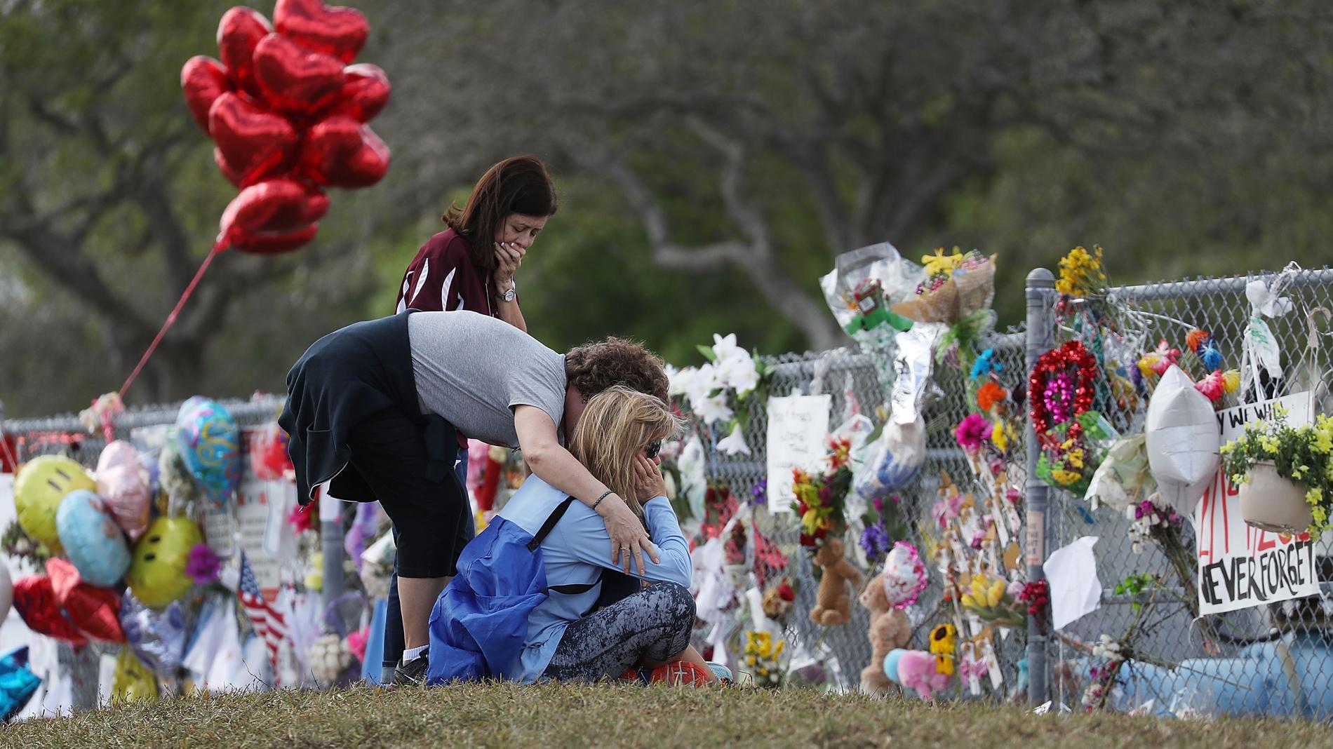 Florida suspende de empleo y sueldo al policía que no detuvo la matanza en Parkland