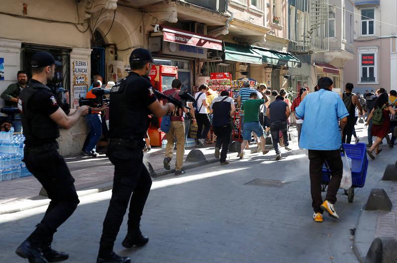 La policía turca emplea pelotas de goma para dispersar a los manifestantes del Orgullo Gay en Estambul.