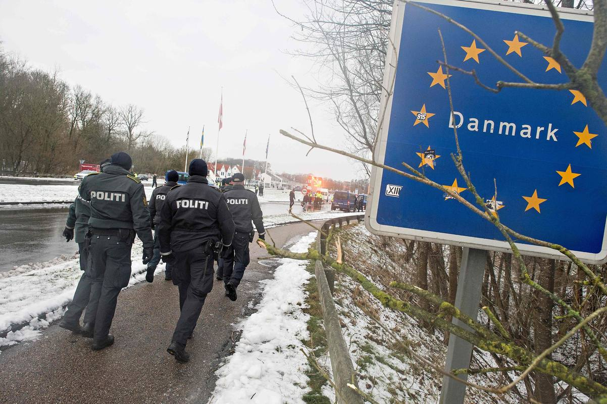 Policías daneses en la frontera entre Dinamarca y Alemania
