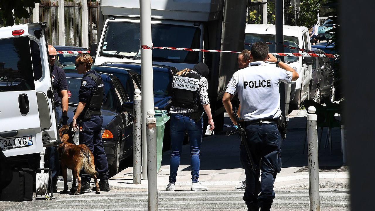 Policías franceses junto a la vivienda del sospechoso del atentado de Niza, el 15 de julio de 2016. AFP PHOTO / ANNE-CHRISTINE POUJOULAT