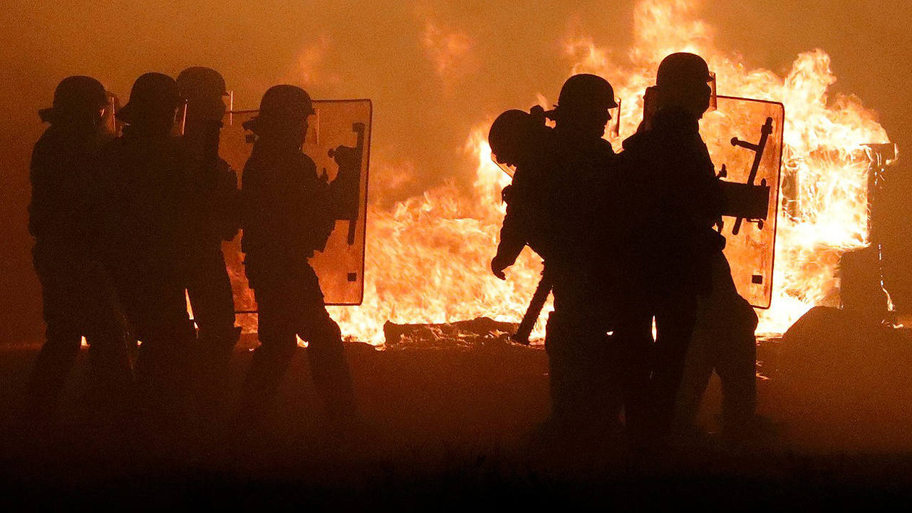 Policías franceses en el campamento de migrantes de