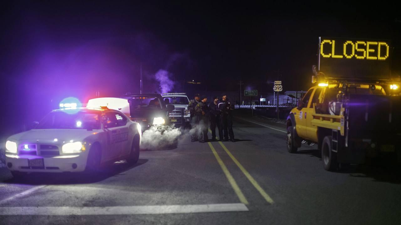 Policías vigilan un cruce de carreteras en la localidad estadounidense de Burns, Oregón, en la noche del tiroteo con la milicia