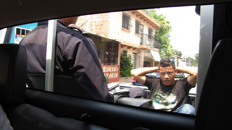 En Portada - Avance: 'El Salvador busca salvador'