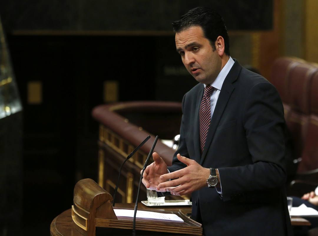 El portavoz de UPN, Íñigo Alli, durante su intervención en la sesión de la tarde de la segunda jornada del debate de investidura