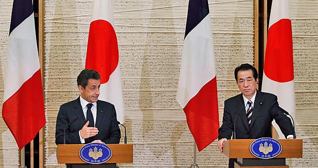 El presidente francés, Nicolas Sarkozy, y el primer ministro japonés, Naoto Kan, comparecen tras su reunión en Tokio.