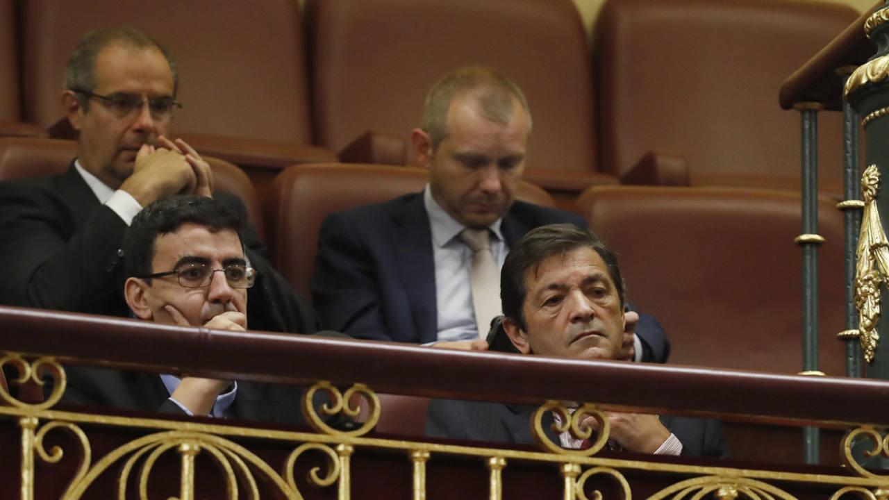 El presidente de la gestora del PSOE, Javier Fernández (d), y el portavoz de la misma, Mario Jiménez, siguen desde la tribuna de invitados del Congreso el discurso de Antonio Hernando