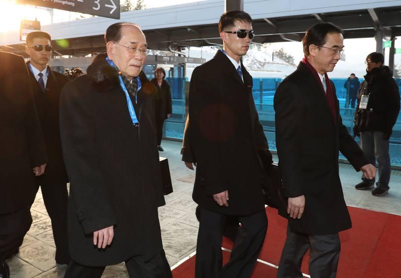 El presidente honorífico de Corea del Norte, Kim Yong Nam, con una acreditación azul al cuello, a su llegada a Pyeongchang