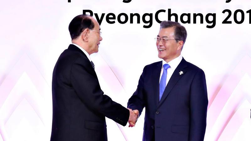 El presidente honorífico de Corea del Norte, Kim Yong-nam, saluda al presidente de Corea del Sur, Moon Jae-in, en la recepción previa a la ceremonia inaugural de los Juegos Olímpicos de Pyeongchang