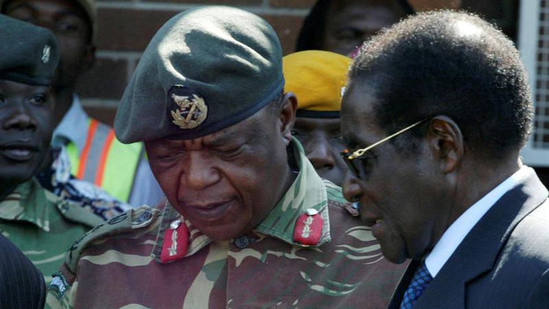 El presidente Robert Mugabe (derecha)  conversa con el general Constantino Chiwenga en una imagen de archivo.