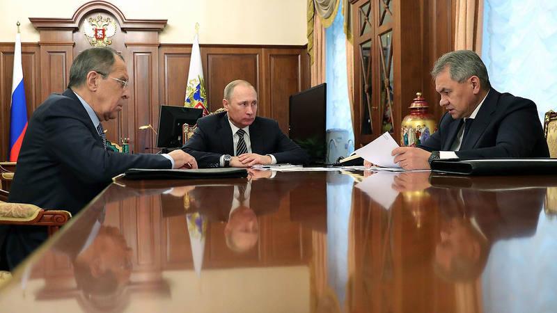 El presidente ruso, Vladimir Putin, con sus ministros de Defensa y Exteriores, Sergei Shoigu (derecha) y Sergei Lavrov