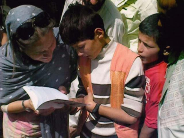 """Una española reparte """"El principito"""" por las calles de Kabul"""