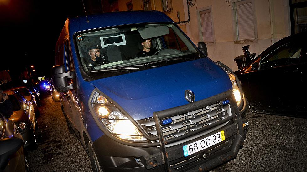 El ex primer ministro de Portugal José Sócrates entra en una prisión reservada para policías