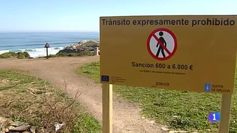 Prohibido caminar al borde de los acantilados en la playa de Las Catedrales