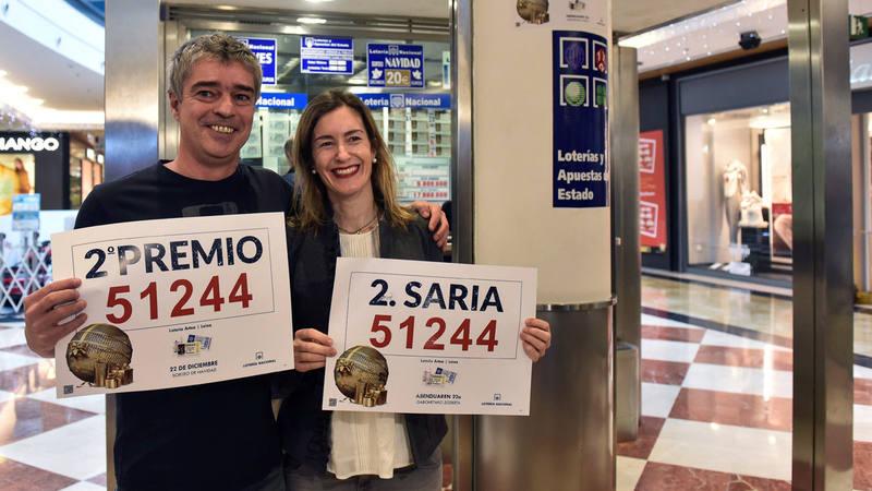 Los propietarios de la administración de Lotería ubicada en el centro comercial Artea