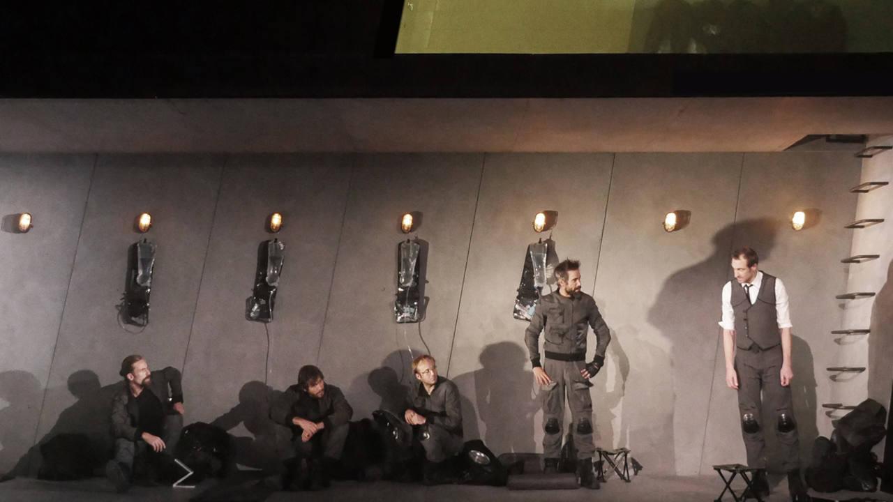 Los protagonistas de 'Escuadra hacia la muerte', una versión de Paco Azorin, en el Teatro María Guerrero.