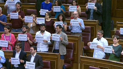 Diputados de Unidos Podemos - En Comú Podem - En Marea, PDeCat y ERC muestran en el Congreso carteles pidiendo la libertad de los líderes de ANC y Omnium