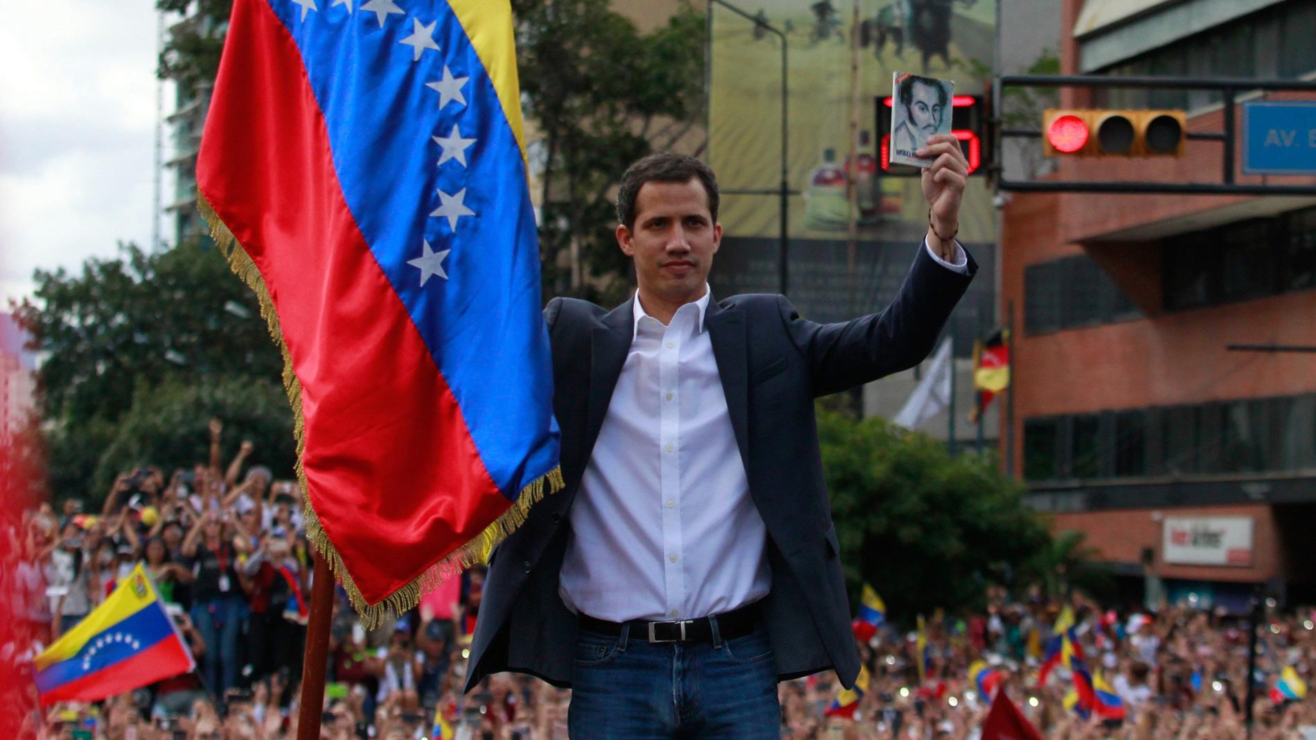 La movilización contra Maduro culmina con la autoproclamación de Guaidó como presidente de Venezuela