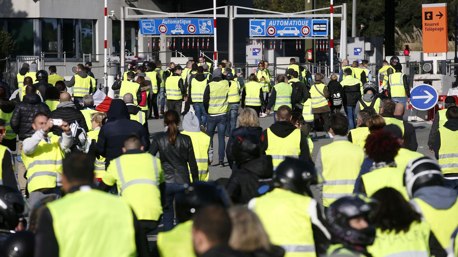 Las protestas por el alza de los carburantes en Francia se saldan con una mujer muerta y un centenar de heridos