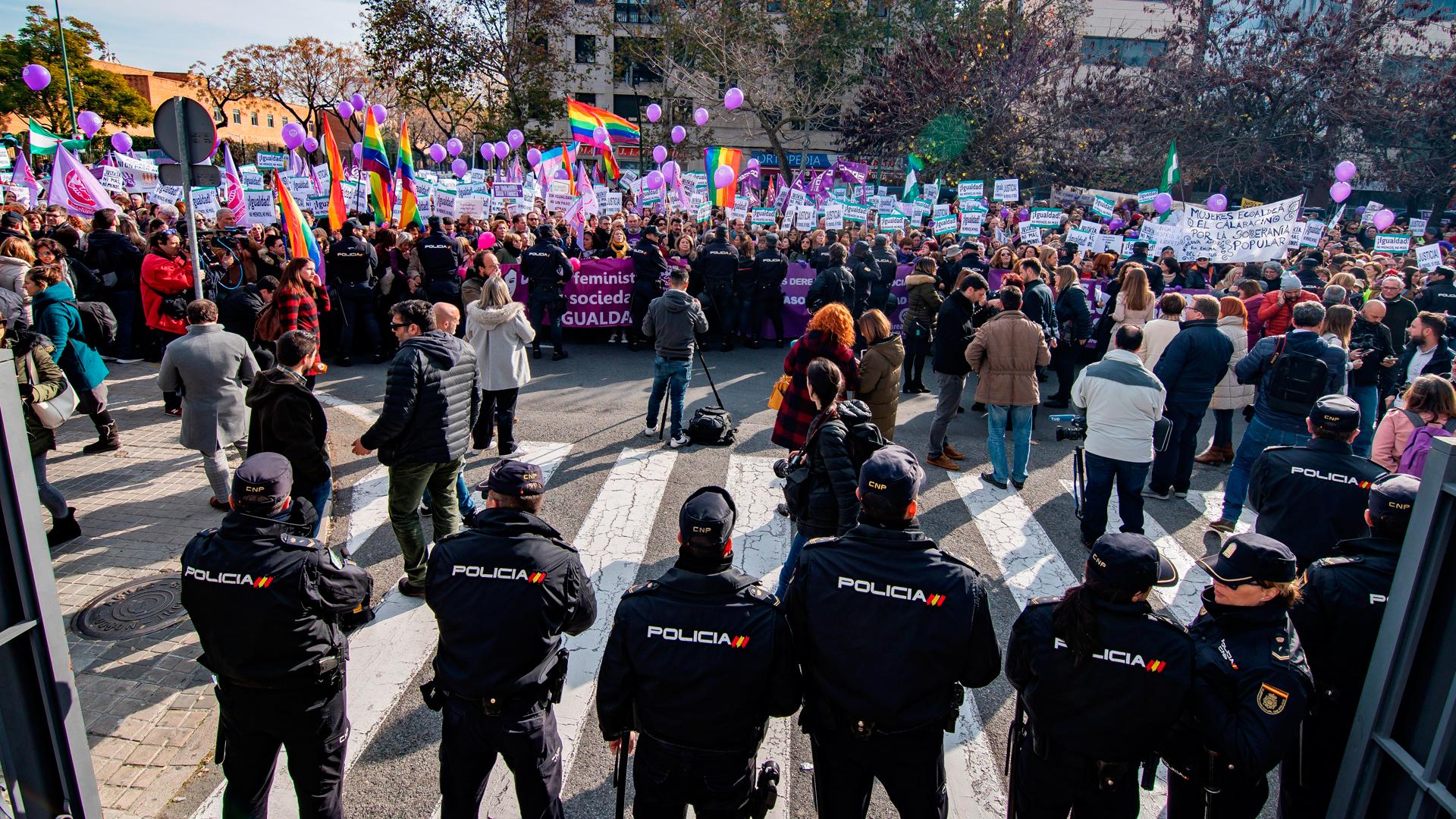 Protestas frente al Parlamento andaluz frente al pacto del PP con Vox