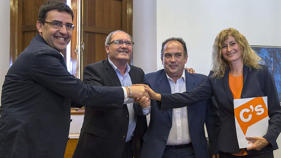 Psoe y ciudadanos firman el acuerdo para la investidura de for Acuerdo de gobierno psoe ciudadanos