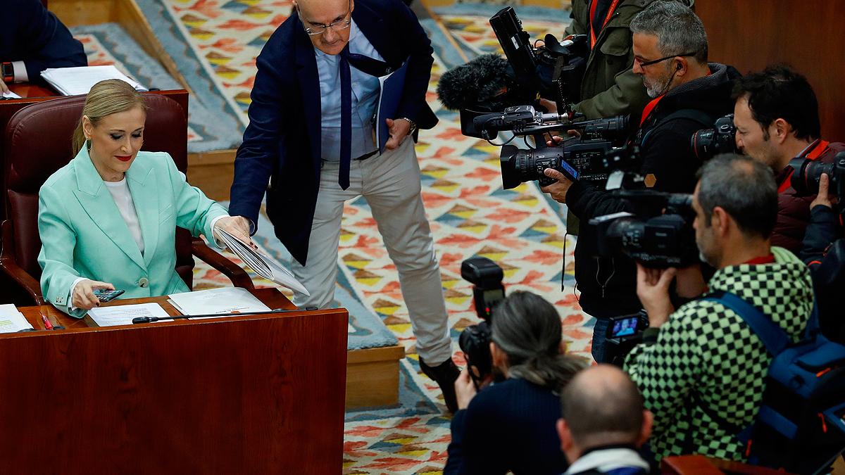 PSOE y Podemos no descartan una moción de censura contra Cifuentes por la polémica del máster