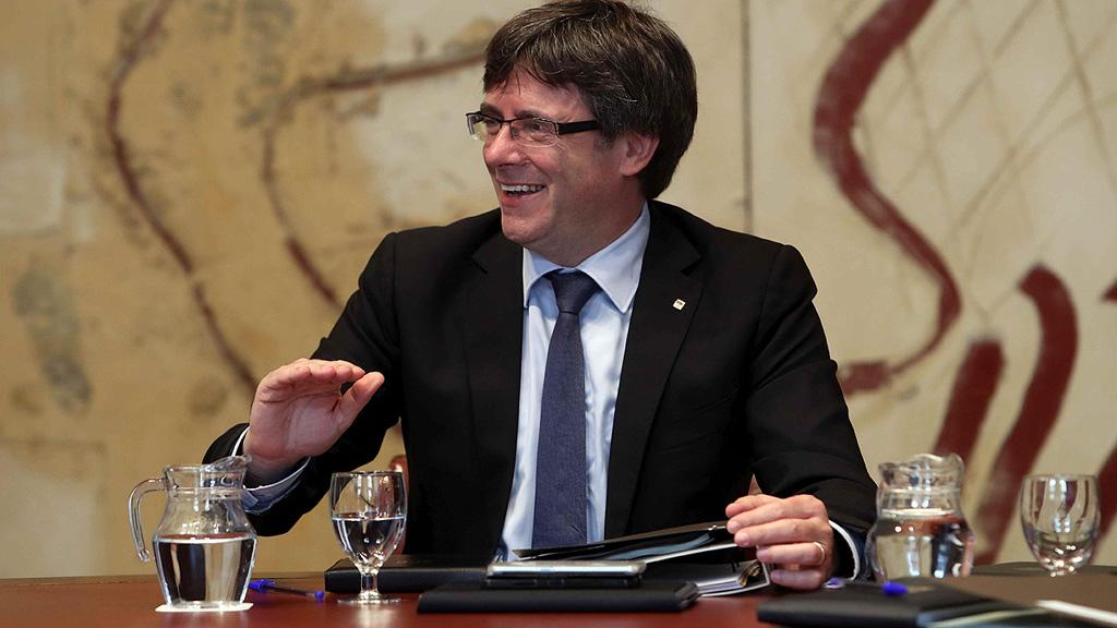 """Puigdemont afirma que """"es una barbaridad"""" interrogar a los alcaldes que cedan locales para el 1-O"""