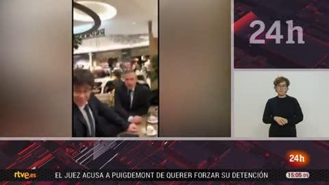 Puigdemont besa la bandera de España tras ser abordado por un hombre en Copenhague