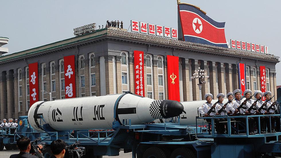 Pyongyang exhibe un supuesto misil de largo alcance y dice que está listo para una guerra nuclear