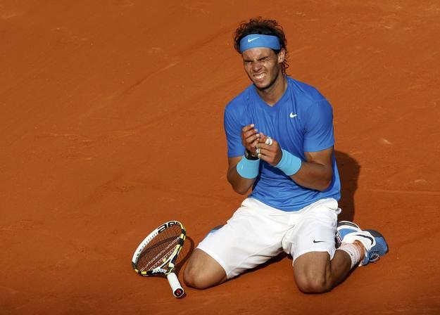 Rafa Nadal se tira al suelo cuando consiguel el punto ganador de su sexto Roland Garros ante Roger Federer.