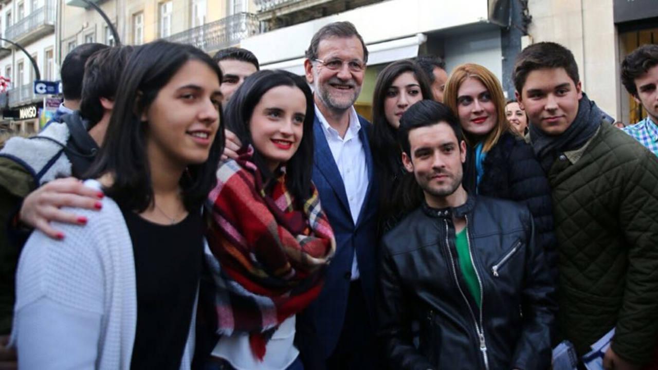 Rajoy posa con unos jóvenes en un paseo por el centro de Vigo, este miércoles