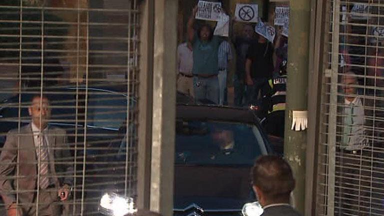 Rajoy, recibido con silbidos a su llegada a los estudios de TVE