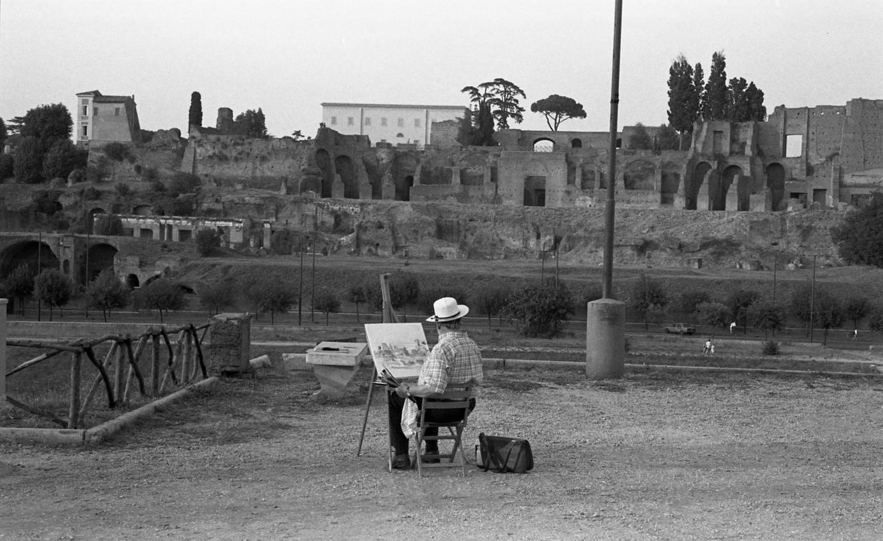 Ramón Gaya, pintando el Foro de Roma en julio de 1990