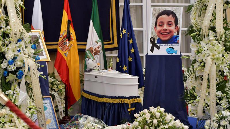 Ramos de flores junto al féretro del pequeño Gabriel Cruz