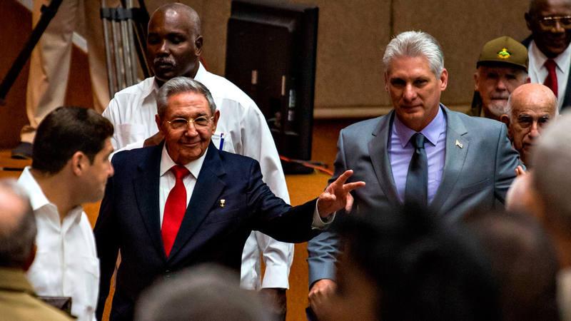 Raúl Castro y Miguel Díaz-Canel, durante la sesión parlamentaria que ha ratificado su relevo al frente de Cuba
