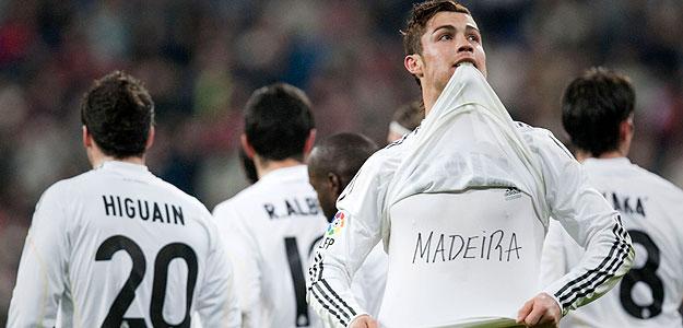 El delantero portugués del Real Madrid Cristiano Ronaldo muestra una camiseta en solidaridad con Madeira durante la celebración de su gol ante el Villarreal.