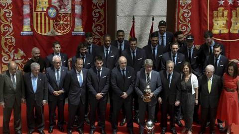 El Real Madrid celebra su título de Liga ACB en las instituciones sin Doncic