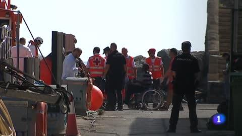 Recuperan tres cadáveres en una patera semihundida en el mar de Alborán