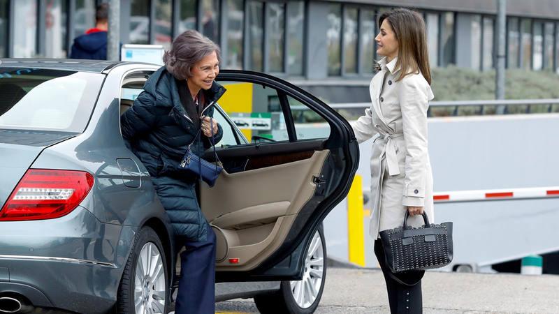 La reina Letizia y la reina Sofía llegan al hospital donde ha sido operado el rey Juan Carlos