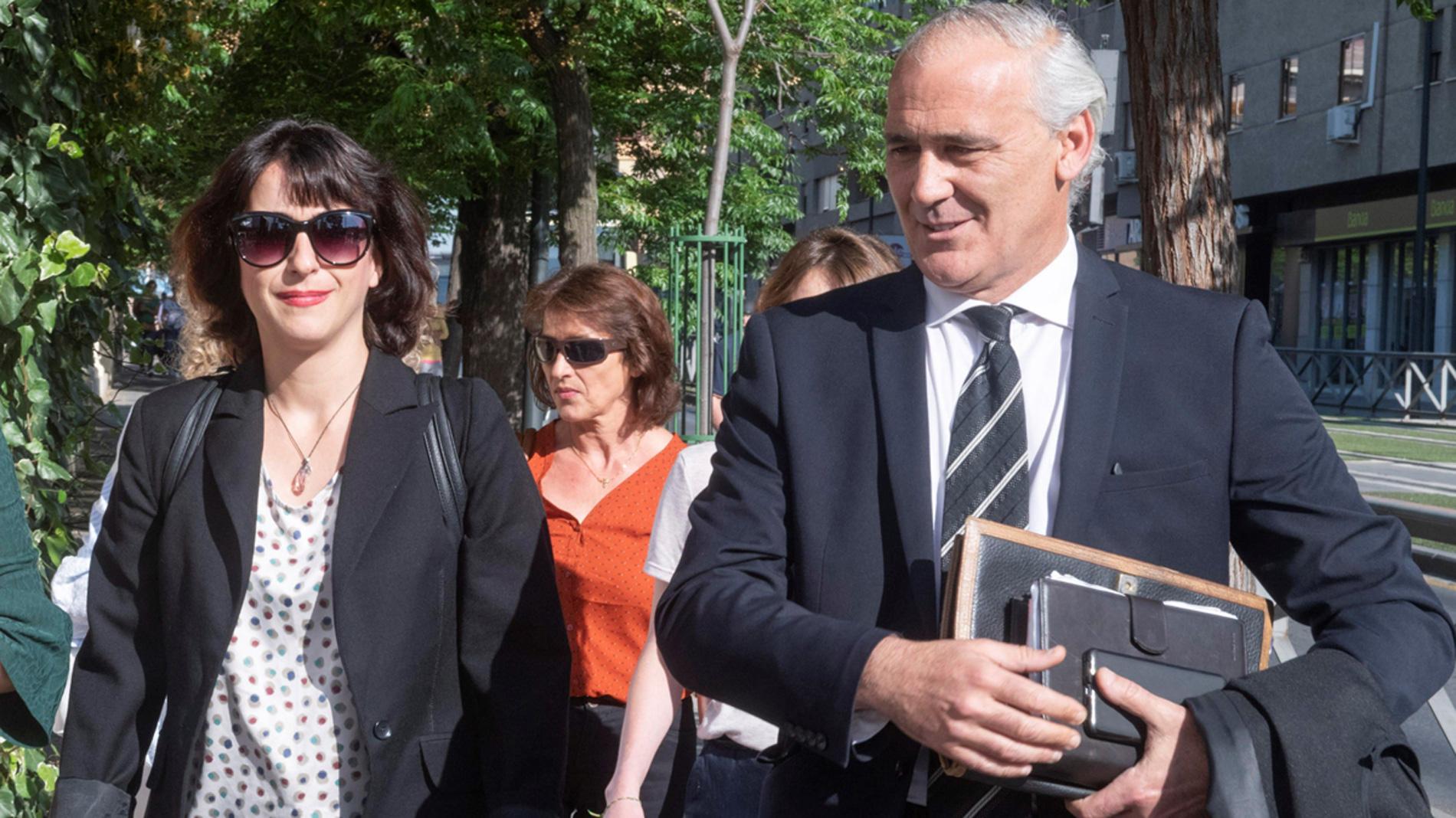 La renuncia de uno de los letrados de Juana Rivas obliga a aplazar el juicio hasta el 18 de julio