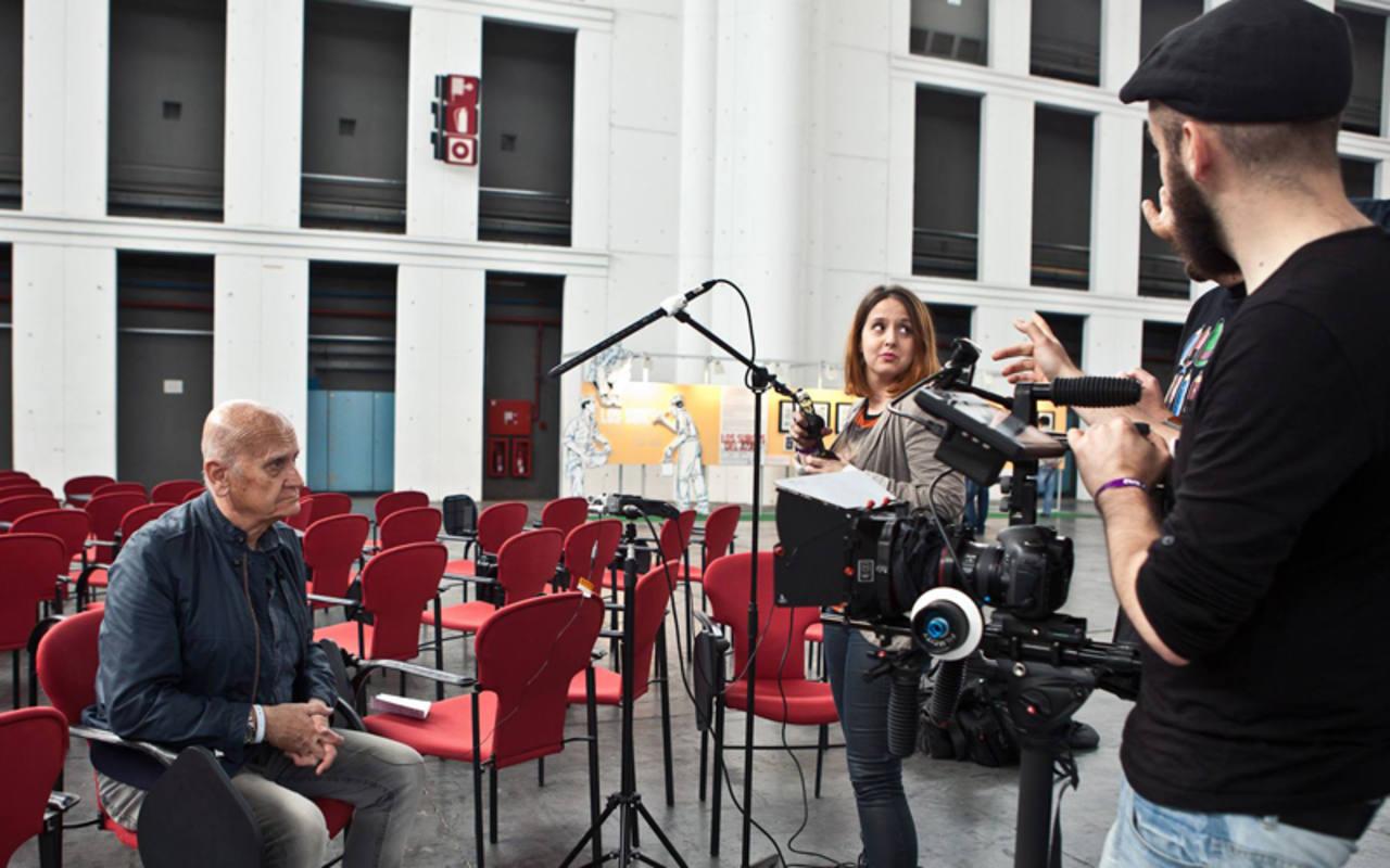 Los responsables del documental entrevistando al maestro Juan Giménez