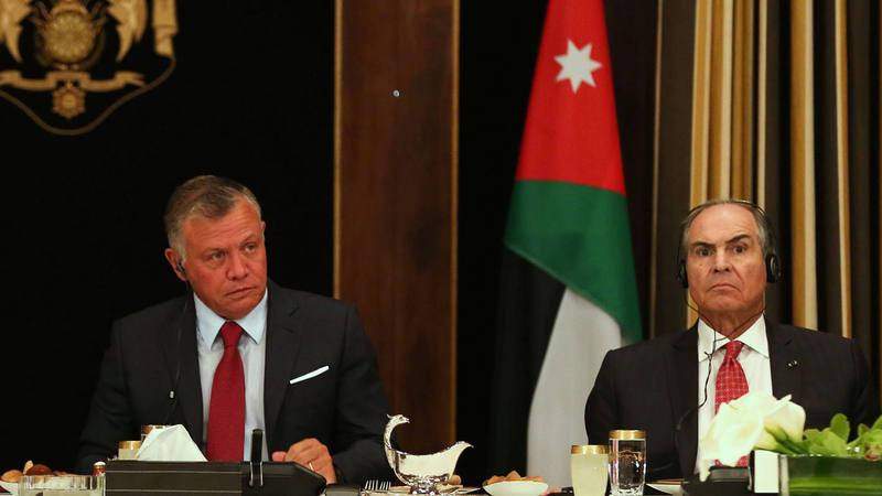 El rey Abdalá II de Jordania junto al primer ministro, Hani Al-Mulki, el pasado viernes en Amán