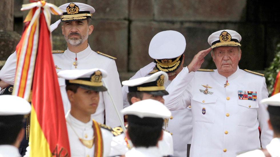 El Rey Felipe y Don Juan Carlos reciben honores en el 300 aniversario de la Escuela de Oficiales de la Armada