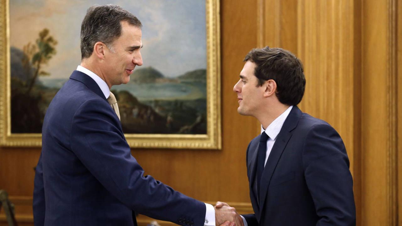 El rey Felipe VI recibe en audiencia en la Zarzuela al líder de Ciudadanos, Albert Rivera, en la ronda de consultas para la designación de un candidato a la investidura como presidente del Gobierno
