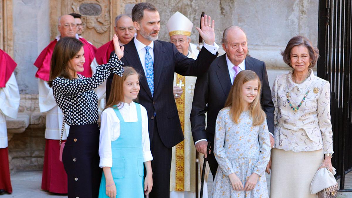 Los reyes, sus hijas y don Juan Carlos y doña Sofía asisten a la misa del Domingo de Resurrección en Palma